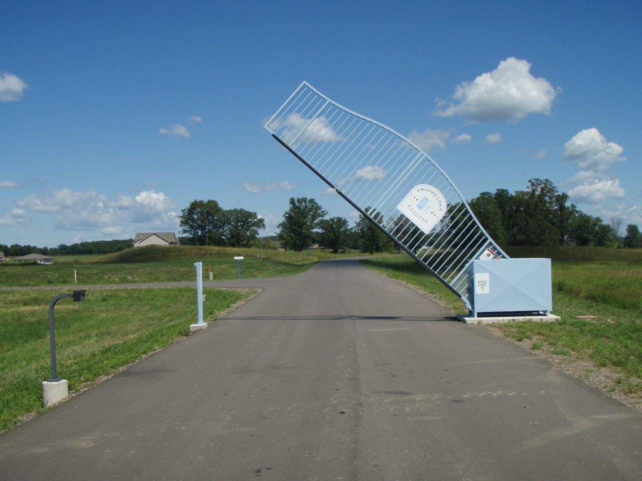 Vertical Pivot Gate in Trophy Lakes Estates Congress